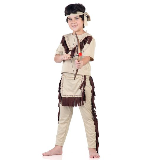 Foto de menino com linda fantasia infantil de índio de qualidade