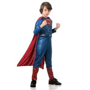 Ilustração de menino utilizando fantasia Super Homem infantil com capa
